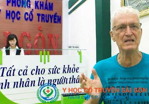 Bệnh nhân phát biểu cảm nghĩ sau khi điều trị khô khớp tại Phòng khám Y học Cổ truyền Sài Gòn
