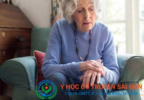 Bị chân tay run rẩy có thể do tuổi già