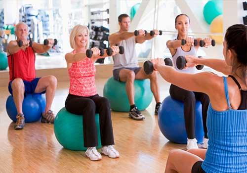Ngoài những loại thực phẩm người bị bệnh gút nên ăn và nên kiêng, bạn cần tăng cường tập thể dục thể thao để nâng cao sức khỏe