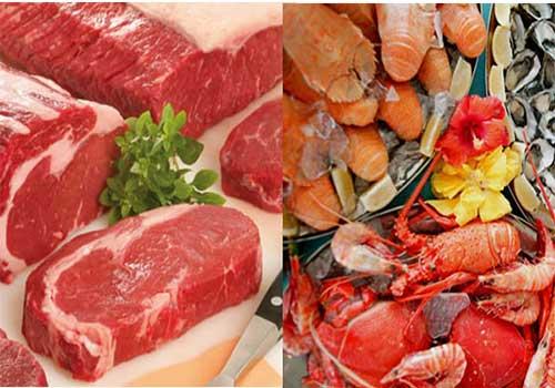 Người bị bệnh gút nên kiêng ăn những thực phẩm giàu đạm như thịt bò, hải sản...