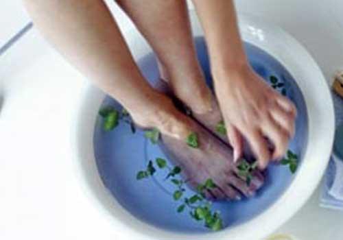 Sử dụng một số bài thuốc ngâm chân sẽ điều trị nấm kẽ chân rất hiệu quả