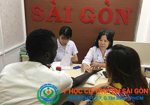 Bác sĩ Nguyễn Thùy Ngoan đang thăm khám trực tiếp cho bệnh nhân