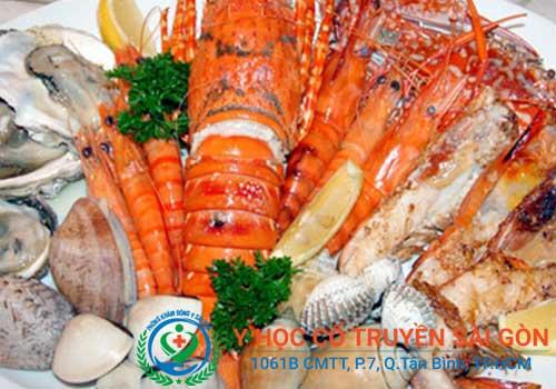 Viêm da dị ứng thời tiết nên kiêng ăn hải sản