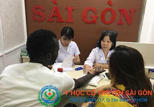 Bác sĩ Nguyễn Thùy Ngoan đang trực tiếp thăm khám cho bệnh nhân