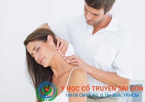 Massage, xoa bóp là một trong những phương pháp chữa đau vai gáy, đau đầu hiệu quả