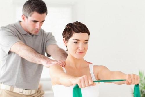 Tập các bài tập vận động cũng có thể hỗ trợ điều trị chứng chân tay run