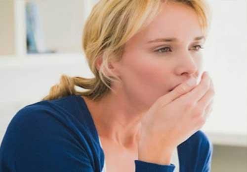 Viêm họng hạt thường có triệu chứng ngứa rát cổ họng, sốt