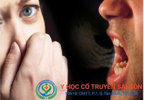 Khô miệng thường kèm theo hôi miệng
