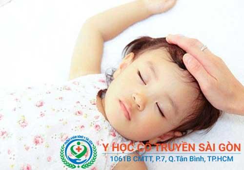Chân tay lạnh ngắt, đầu nóng và ra mồ hôi về đêm thường gặp ở trẻ nhỏ hơn