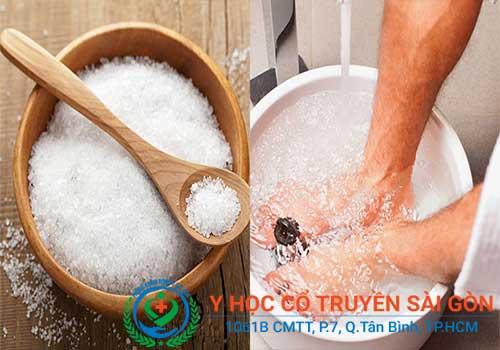 Dùng nước muối ngâm chân chữa bệnh ghẻ được nhiều người sử dụng