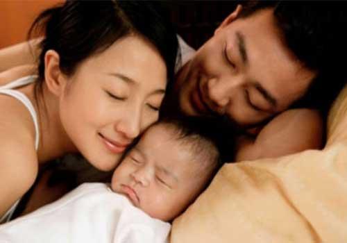 Các chị em nên chia sẻ công việc chăm sóc con với chồng để phòng chứng mất ngủ sau sinh