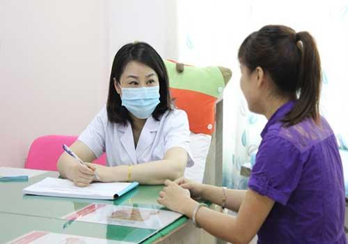 Các chị em hãy đến gặp bác sĩ để có biện pháp điều trị chứng mất ngủ sau sinh