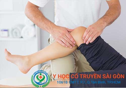 Tốt nhất nên đi gặp bác sĩ khi bị đau khớp gối để được điều trị chính xác, an toàn