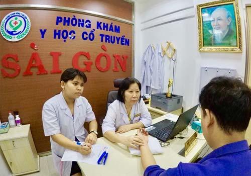 Bác sĩ Nguyễn Thùy Ngoan đang thăm khám và giải thích cho bệnh nhân hiểu đau dây thần kinh liên sườn có nguy hiểm không