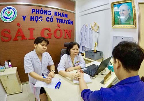Bác sĩ Nguyễn Thùy Ngoan - phụ trách chuyên môn Phòng khám Y học Cổ truyền Sài Gòn đang thăm khám cho người bệnh