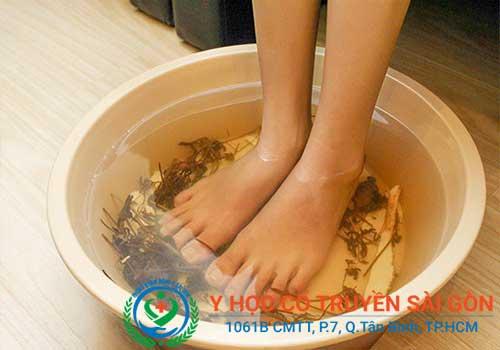 Ngâm chân chữa đau nhức cơ bắp