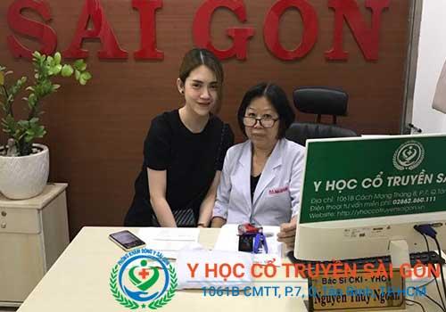 Bác sĩ Nguyễn Thùy Ngoan và ca sĩ Mỹ Lan tại PK YHCT Sài Gòn