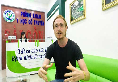 Bệnh nhân phát biểu cảm nghĩ sau khi điều trị tại Phòng khám Y học Cổ truyền Sài Gòn