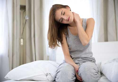 Ngủ dậy bị đau cổ vai chân không quay được