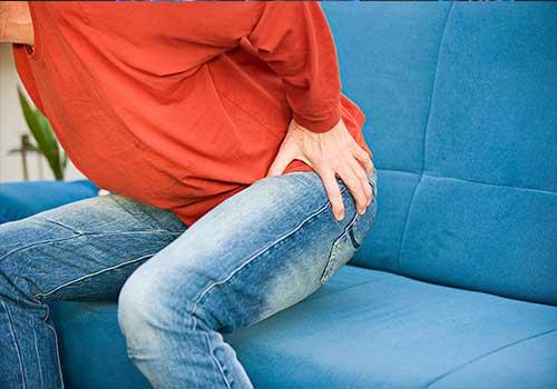 Thoái hóa khớp háng bên phải là do đâu? Triệu chứng và cách điều trị như thế nào?