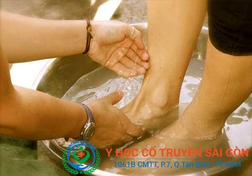 Tổng hợp kinh nghiệm, mẹo và cách chữa nứt nẻ chân tay bằng dầu thuốc ngâm rửa chân tay