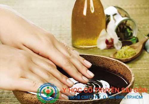 Tổng hợp kinh nghiệm, mẹo và cách chữa nứt nẻ chân tay bằng dầu dừa hoặc dầu oliu