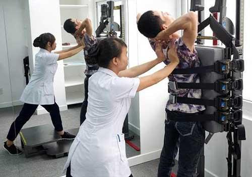 Dưới sự hỗ trợ của nhân viên y tế, các bài tập vất lý phục hồi chức năng cần được thực hiện thường xuyên