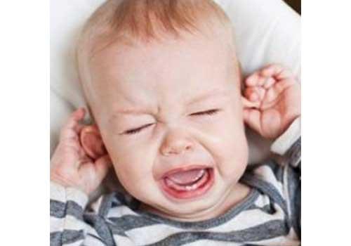 Biểu hiện của bệnh viêm tai giữa ở trẻ sơ sinh là trẻ sốt cao, quấy khóc