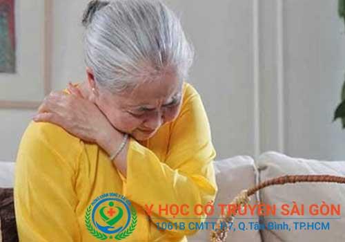 Đau lưng, đau vai gáy là một trong những triệu chứng dấu hiệu của vôi hóa cột sống